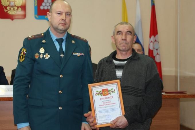 Н. Петров вручил награду А. Кузьмину, старосте д. В. Ирзеи