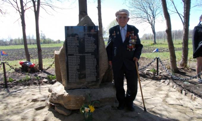 Участник войны Н. Толстов у новой мемориальной доски