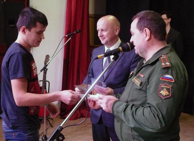 А. Софронов и А. Прокопьев вручают повестки