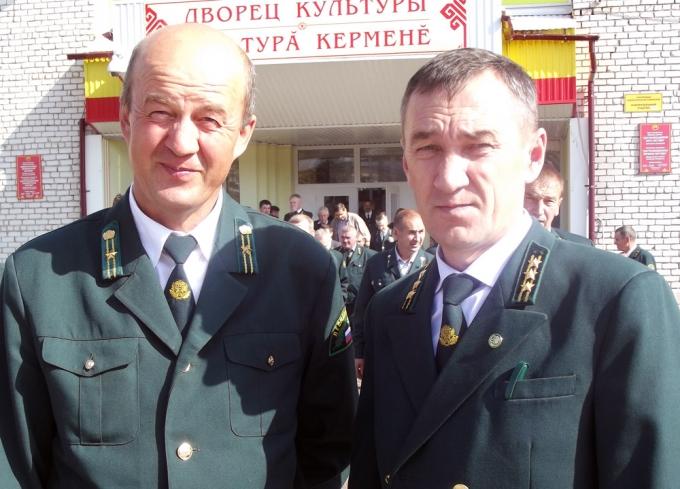О. Зубрилов (слева) вместе с директором Ядринского лесничества С. Судаковым